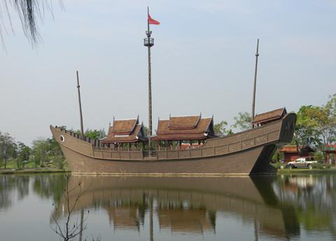 корабль в парке